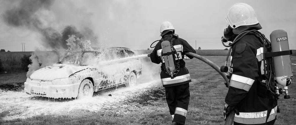 bomberos apagando incendio coche accidente seguro reclamar indemnización