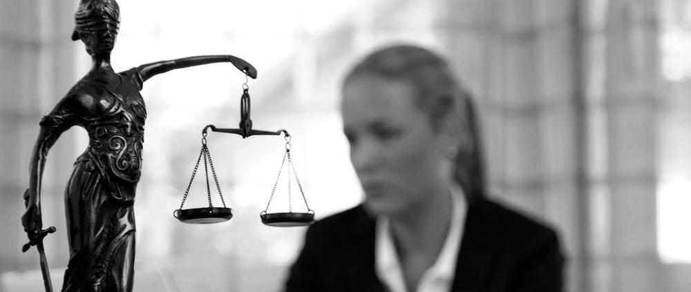 balanza justicia defensa y reclamación jurídica seguros