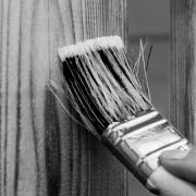 pincel pintando mejoras y devaluaciones seguros