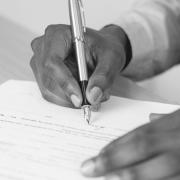 persona firmando cláusula a