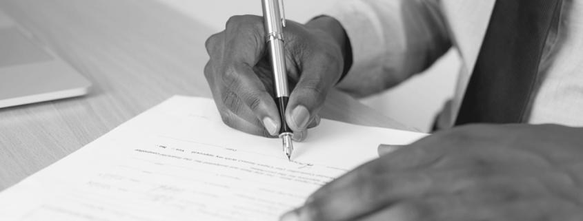 persona firmando cláusula abusiva defensa y reclamación